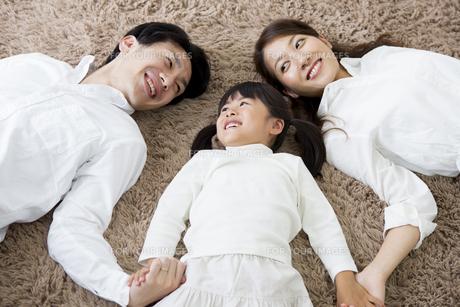 昼寝をする親子の写真素材 [FYI00922194]