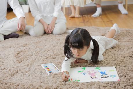 お絵描きをする娘の写真素材 [FYI00922197]