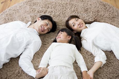昼寝をする親子の写真素材 [FYI00922203]