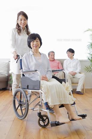 介護家族の写真素材 [FYI00922204]