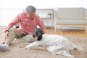 祖父と遊ぶ女の子の写真素材 [FYI00922205]