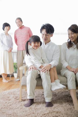 団欒する家族の写真素材 [FYI00922210]