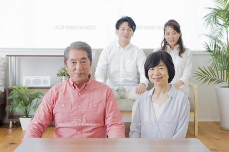 団欒する家族の写真素材 [FYI00922215]