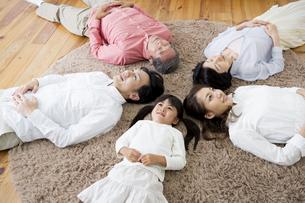 昼寝をする家族の写真素材 [FYI00922221]