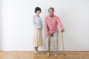 杖をつく老夫婦の写真素材 [FYI00922226]