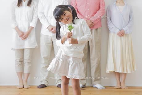 苗を持つ女の子と家族の素材 [FYI00922229]