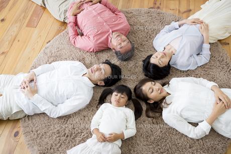 昼寝をする家族の写真素材 [FYI00922237]