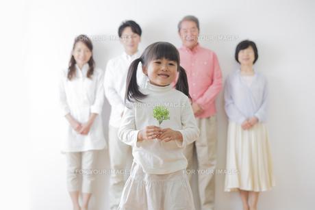 苗を持つ女の子と家族の素材 [FYI00922239]