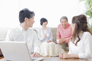 PCで検索する家族の写真素材 [FYI00922242]