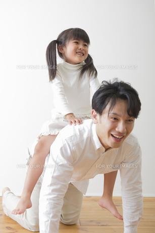 娘と遊ぶ父親の写真素材 [FYI00922243]