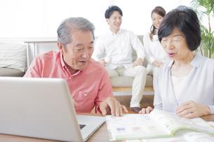 PCで検索する家族の写真素材 [FYI00922245]