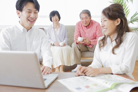 PCで検索する家族の写真素材 [FYI00922246]