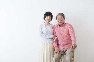 杖をつく老夫婦の写真素材 [FYI00922247]