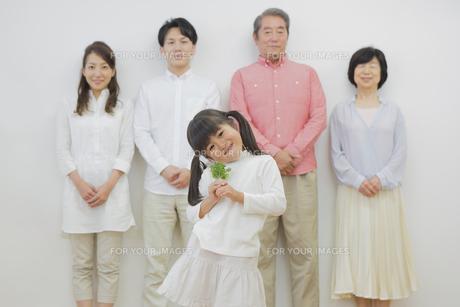 苗を持つ女の子と家族の素材 [FYI00922251]