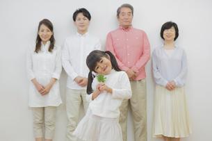 苗を持つ女の子と家族の写真素材 [FYI00922251]