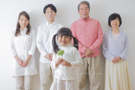 苗を持つ女の子と家族の素材 [FYI00922258]