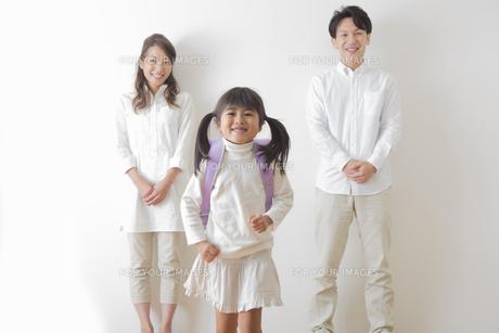 ランドセルを背負う女の子と親の写真素材 [FYI00922263]