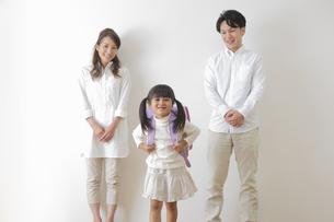 ランドセルを背負う女の子と親の写真素材 [FYI00922266]