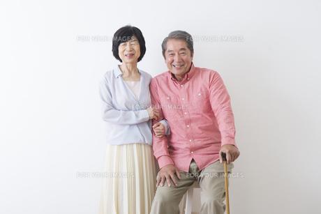 杖をつく老夫婦の写真素材 [FYI00922267]