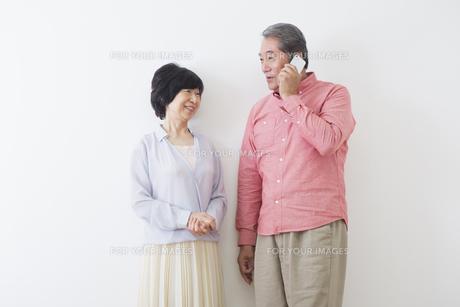 電話をかける老夫婦の写真素材 [FYI00922275]