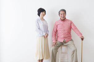 杖をつく老夫婦の写真素材 [FYI00922276]