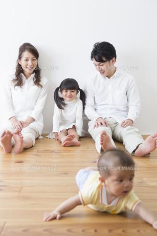赤ちゃんを見守る家族の写真素材 [FYI00922277]