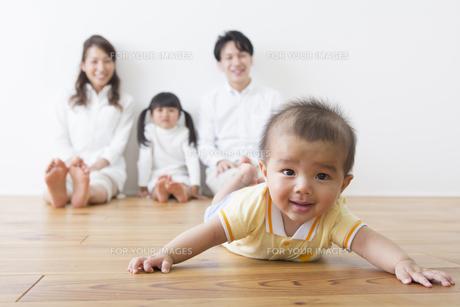 赤ちゃんを見守る家族の写真素材 [FYI00922282]