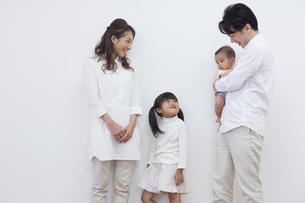 団欒する家族の写真素材 [FYI00922283]