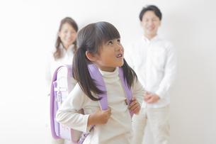 ランドセルを背負う女の子と親の写真素材 [FYI00922286]