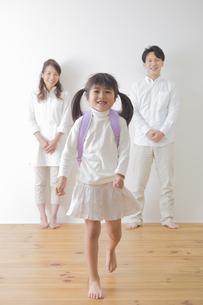 ランドセルを背負う女の子と親の写真素材 [FYI00922288]