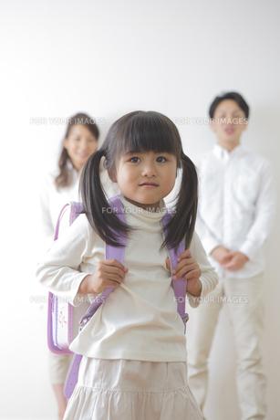 ランドセルを背負う女の子と親の写真素材 [FYI00922290]