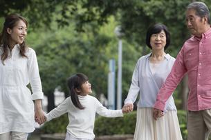 公園を歩く家族の写真素材 [FYI00922291]