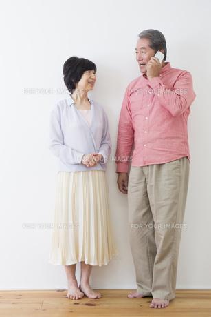 電話をかける老夫婦の写真素材 [FYI00922295]