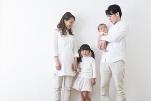 団欒する家族の写真素材 [FYI00922298]