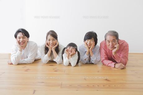 団欒する家族の写真素材 [FYI00922301]