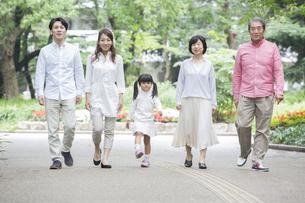 公園を歩く家族の写真素材 [FYI00922304]