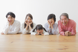 団欒する家族の写真素材 [FYI00922306]