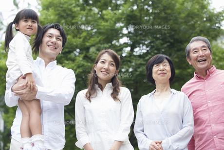 公園に立つ家族の写真素材 [FYI00922313]