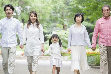 公園を歩く家族の写真素材 [FYI00922316]