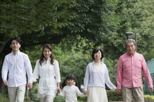 公園を歩く家族の写真素材 [FYI00922317]