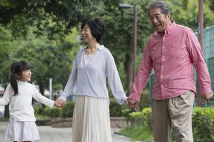 公園を歩く家族の写真素材 [FYI00922318]