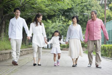公園を歩く家族の写真素材 [FYI00922323]