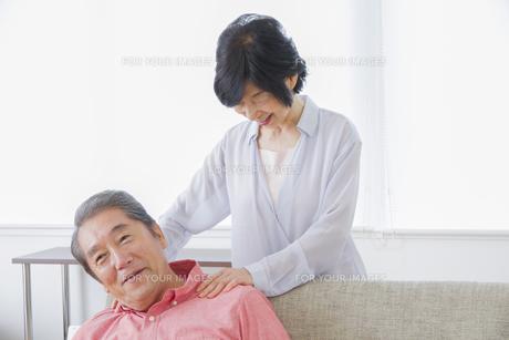 マッサージをする老夫婦の写真素材 [FYI00922324]