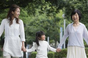 公園を歩く家族の写真素材 [FYI00922325]