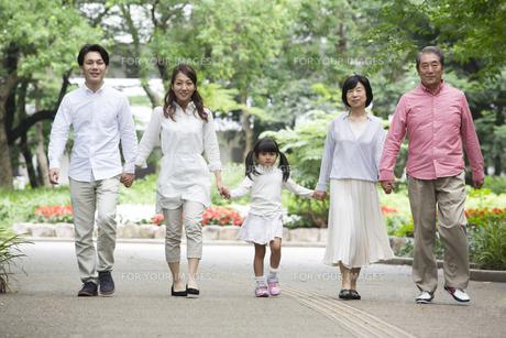 公園を歩く家族の写真素材 [FYI00922328]