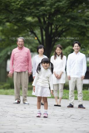 公園に立つ家族の写真素材 [FYI00922336]