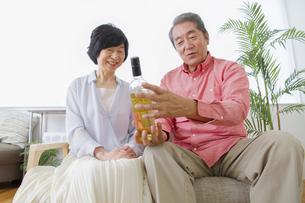 ワインを見る老夫婦の写真素材 [FYI00922339]