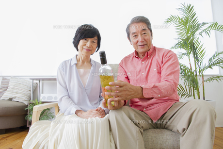 ワインを見る老夫婦の写真素材 [FYI00922342]
