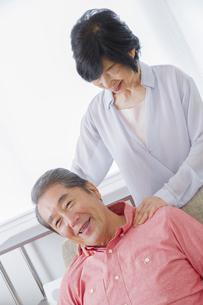 マッサージをする老夫婦の写真素材 [FYI00922343]