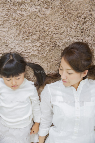 くつろぐ母娘の写真素材 [FYI00922349]